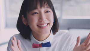 女優の吉岡里帆が「マガジン」のグラビアに登場!ちょっと布が多すぎる・・・